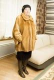 Dame in oranje mink furcoat Royalty-vrije Stock Foto