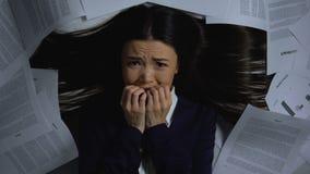 Dame in pak zenuwachtig over hoop van het werk, baandoorsmelting, uiterste termijn stock video