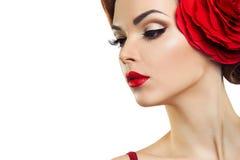 Dame passionnée avec une fleur rouge dans ses cheveux Photo stock