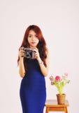 Dame Photographer Holding Film Camera Stockbilder