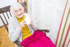 Dame pluse âgé dans la chaise Image stock