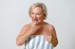 Dame pluse âgé employant la brosse interdentaire Photo libre de droits