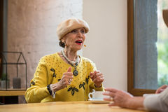 Dame pluse âgé en café Photo libre de droits