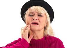 Dame pluse âgé faisant isoler le mal de dents image stock