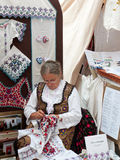 Dame pluse âgé faisant la broderie traditionnelle Photos stock