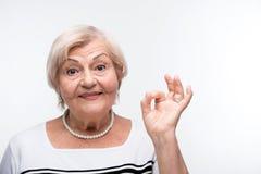 Dame pluse âgé montrant le signe CORRECT Image libre de droits