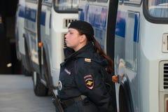 Dame-politieagent bij de bus, stock afbeelding