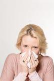 Dame Pressing Tissue auf Nase mit Kopien-Raum Lizenzfreie Stockfotos
