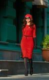 Dame In Red Dress in de stad Stock Afbeeldingen