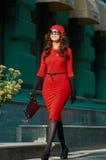 Dame In Red Dress in de straat Stock Afbeeldingen