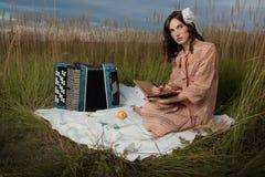 Dame in Retro- picnic noch Lizenzfreie Stockfotos