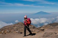 Dame in rosa Kilimanjaro lizenzfreies stockbild