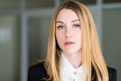 Dame sérieuse songeuse d'affaires de femme de visage d'émotion photographie stock libre de droits