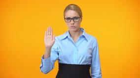 Dame sûre d'affaires montrant la main de geste d'arrêt, déontologie professionnelle, contrôle banque de vidéos