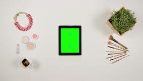 Dame ` s Finger-Blättern auf dem grünen mit Berührungseingabe Bildschirm stock footage