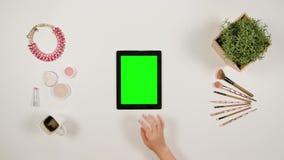 Dame ` s Finger-Blättern auf dem grünen mit Berührungseingabe Bildschirm stock video footage