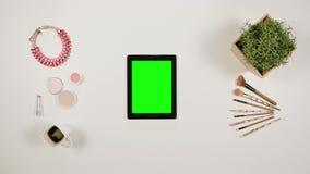 Dame ` s Finger-Blättern auf dem grünen mit Berührungseingabe Bildschirm stock video