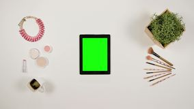 Dame` s Vingers die binnen op Touchscreen zoemen stock video