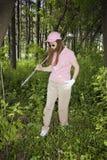 Dame Searching voor Verloren Golfbal Royalty-vrije Stock Afbeeldingen
