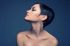 Dame sensuelle avec la boucle d'oreille de diamant Images stock