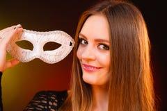 Dame sensuelle tenant le masque de carnaval image libre de droits