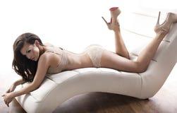 Dame sensuelle utilisant la lingerie sexy Photographie stock libre de droits