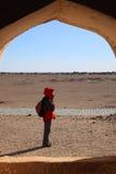 Dame seule dans le désert Images libres de droits