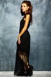 dame sexy de modèle de femme avec les lèvres rouges dans la robe élégante noire Photographie stock