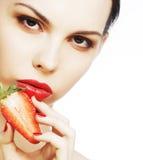 Dame sexy tenant une fraise juteuse Photos stock