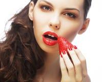 Dame sexy tenant une fraise juteuse Photo libre de droits