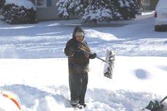 Dame Shoveling Snow Royalty-vrije Stock Afbeeldingen