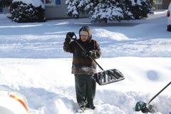 Dame Shoveling Snow Royalty-vrije Stock Afbeelding