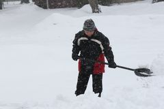 Dame Shoveling Snow Royalty-vrije Stock Foto's