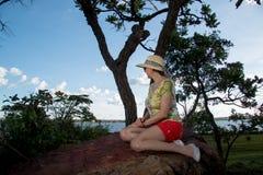 Dame Siiting auf einem großen Felsen Lizenzfreie Stockbilder