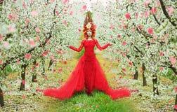 Dame Spring, das während des Blumenblattregens geht Stockfoto