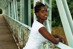 Dame steht auf Brücke Lizenzfreie Stockbilder