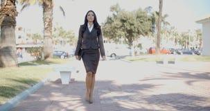 Dame In A Suit Walking hinunter die Straße Lizenzfreies Stockbild