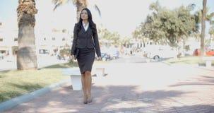 Dame In A Suit Walking hinunter die Straße Lizenzfreies Stockfoto