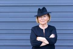 Dame supérieure à la mode sûre dans un chapeau élégant Photos stock