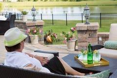 Dame supérieure élégante détendant sur son patio Photographie stock
