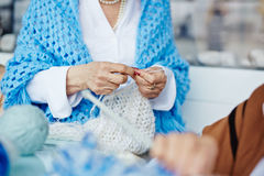 Dame supérieure avec l'écharpe tricotée non finie images libres de droits