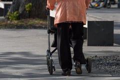 dame supérieure avec le rollator Image libre de droits