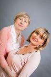 Dame supérieure avec sa fille d'une cinquantaine d'années Photographie stock libre de droits