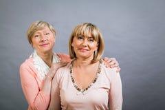 Dame supérieure avec sa fille d'une cinquantaine d'années Images libres de droits