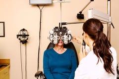 Dame supérieure ayant l'examen d'oeil Image libre de droits