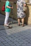 dame supérieure marchant avec le poteau photo stock