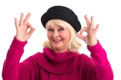 Dame supérieure montrant le geste correct Photographie stock