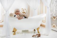 Dame supérieure riche heureuse dans la salle de bains Photographie stock libre de droits