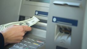 Dame tellende die dollars van ATM worden teruggetrokken, die contant geld in beurs, gemakkelijk bankwezen zetten stock videobeelden