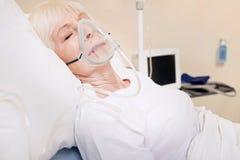 Dame tendre âgée ayant des problèmes avec ses poumons Image libre de droits